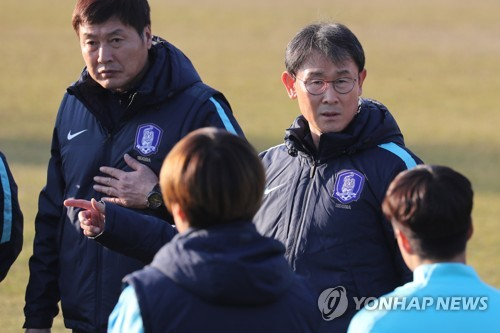 In this file photo taken Nov. 27, 2017, South Korea women's national football team head coach Yoon Duk-yeo (R) speaks to his players during training at the National Football Center in Paju, north of Seoul. (Yonhap)