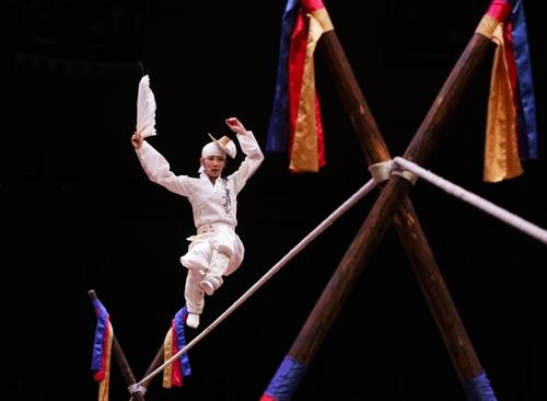 Tightrope dancer Suh Joo-hyang performs at Namsadang Performance Site in Anseong, Gyeoggi Province. (Yonhap)