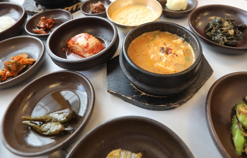 "This photo shows ""cheonggukjangjjigae,"" a stew made with fermented soybean paste, offered by a restaurant at a sauce maker in Anseong, Gyeonggi Province. (Yonhap)"