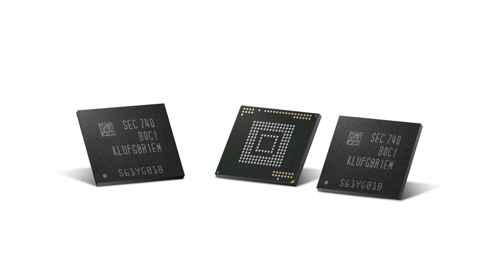Shown in the picture is the industry's first 512 GB embedded Universal Flash Storage (eUFS), provided by Samsung Electronics Co. on Dec. 5, 2017. (Yonhap)
