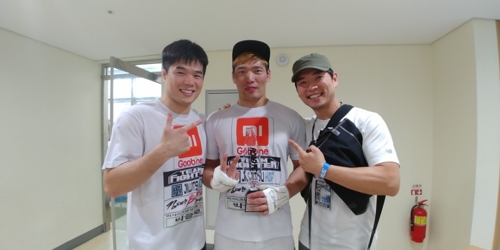 Kim Dae-hwan (L), now the new CEO of the South Korean MMA promotion Road FC, poses for a photo with MMA fighter Kim Hoon (C) after a Road FC 40 event in Seoul on July 15, 2017, in this photo from Kim's blog. (Yonhap)