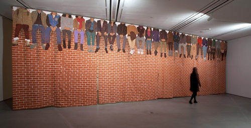 "This photo provided by Hakgojae Gallery in Seoul on Dec. 6, 2017, shows artist Lee Woo-sung's ""People Sitting on Top of a Red Brick Wall."" (Yonhap)"