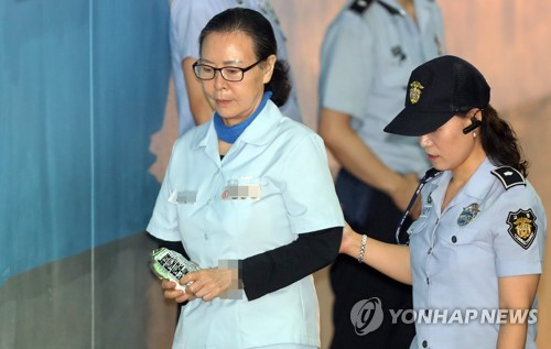 Shin Young-ja, the head of the Lotte Foundation who's been charged with embezzlement and breach of trust, enters the courthouse for an appeals trial in Seoul on July 19, 2017. (Yonhap)