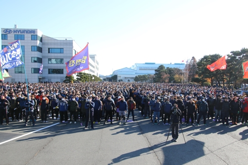 In this photo taken Dec. 7, 2017, and provided courtesy of the Hyundai Motor union, Hyundai Motor workers stage a rally demanding higher wages at the carmaker's plant in Ulsan, 410 km southeast of Seoul. (Yonhap)