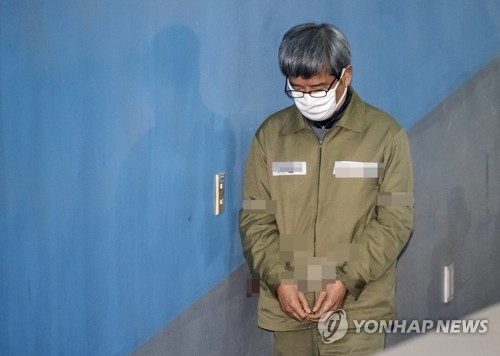 Nam Sang-tae, former chief of Daewoo Shipbuilding & Marine Engineering Co., enters the Seoul Central District Court on Dec. 7, 2017, to attend his sentencing trial. (Yonhap)