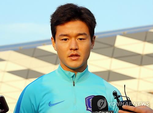 South Korean midfielder Ju Se-jong speaks to reporters before training at a football field near Ajinomoto Stadium in Tokyo on Dec. 7, 2017. (Yonhap)