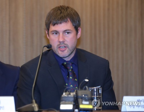 In this file photo taken on Aug. 28, 2017, Michael Swift, captain of High1 in the Asia League Ice Hockey, speaks at a press conference during the league's preseason media day in Seoul. (Yonhap)