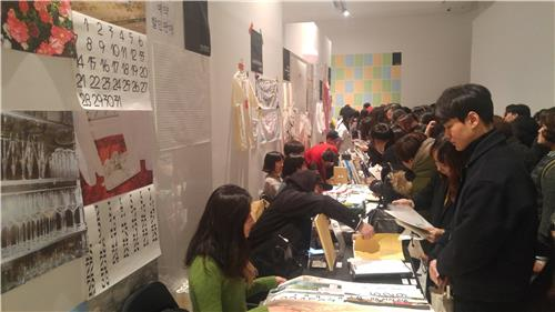 """Visitors fill the fair venue of """"Unlimited Edition 9"""" at the Buk Seoul Museum of Art in northern Seoul on Dec. 7, 2017. (Yonhap)"""