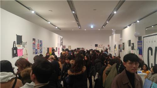 """Visitors are packed into the Buk Seoul Museum of Art in the northern part of the city for the Seoul Art Book Fair """"Unlimited Edition 9"""" on Dec. 2, 2017. (Yonhap)"""