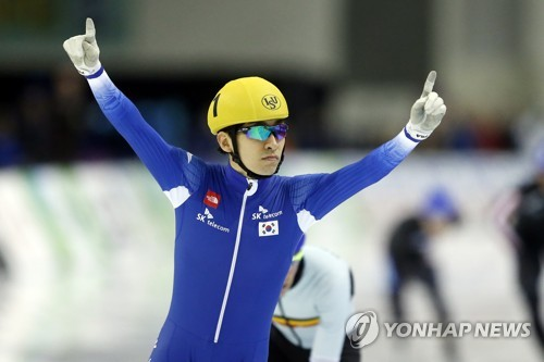 In this Associated Press photo taken Dec. 9, 2017, South Korea's Lee Seung-hoon celebrates his victory in the men's mass start at the International Skating Union World Cup Speed Skating in Salt Lake City, Utah. (Yonhap)