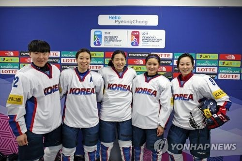 In this photo provided by Hockey Photo on April 2, 2017, members of the South Korean women's national hockey team pose together after their 5-1 victory over Slovenia at the International Ice Hockey Federation Women's World Championship Division II Group A at Kwandong Hockey Centre in Gangneung, Gangwon Province. From left: Kim Hee-won, Jo Su-sie, Danelle Im, Choi Ji-yeon and Park Jong-ah. (Yonhap)