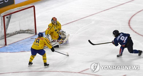 In this file photo taken July 29, 2017, Park Jong-ah of South Korea (R) scores on Sweden during the teams' friendly game at Gangneung Hockey Centre in Gangneung, Gangwon Province. (Yonhap)