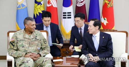 South Korean Defense Minister Song Young-moo (R) talks with Gen. Vincent K. Brooks, commander of the U.S. Forces Korea, in this photo provided by Song's ministry. (Yonhap)
