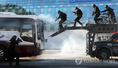 This file photo, dated Dec. 12, 2017, shows a special police squad approaching a bus at the main venue of the 2018 PyeongChang Winter Olympics in PyeongChang, Gangwon Province, as they take part in a drill that simulates terrorists hijacking a bus full of athletes. (Yonhap)