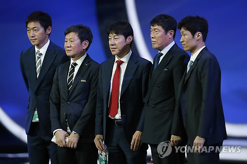 In this photo taken by the Associated Press on Dec. 1, 2017, Korea Football Association (KFA) President Chung Mong-gyu (2nd from L) poses for a photo with South Korean national football team head coach Shin Tae-yong (C), assistant coach Kim Nam-il (L), Cha Bum-kun (2nd from R) and Park Ji-sung after the 2018 FIFA World Cup draw ceremony in Moscow. (Yonhap)
