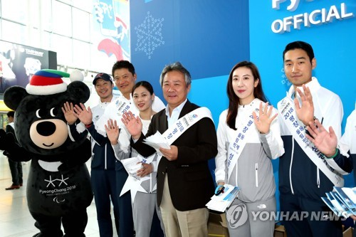 Korean Sport & Olympic Committee (KSOC) President Lee Kee-heung (3rd from R) promotes the 2018 PyeongChang Winter Games with athletes at Seoul Station in this photo provided by the KSOC on Sept. 30, 2017. (Yonhap)