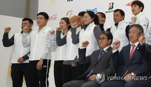 In this file photo taken on Oct. 31, 2017, Korean Sport & Olympic Committee (KSOC) President Lee Kee-heung (R) poses for a photo with athletes at a media event for the 2018 PyeongChang Games at Taereung Training Center in Seoul. (Yonhap)