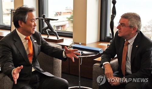 Korean Sport & Olympic Committee (KSOC) President Lee Kee-heung (L) speaks with International Olympic Committee (IOC) President Thomas Bach at the IOC headquarters in Lausanne, Switzerland, in this photo provided by the KSOC on Feb. 7, 2017. (Yonhap)
