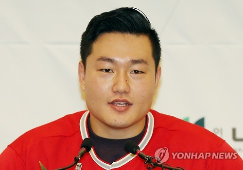 In this file photo taken Dec. 23, 2015, South Korean baseball player Choi Ji-man speaks at a press conference in Incheon. (Yonhap)