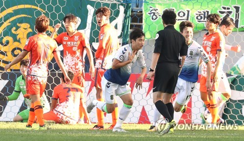 In this file photo taken on Oct. 8, 2017, Jeonnbuk Hyundai Motors' Kim Jin-su (C) celebrates after he scored a goal against Jeju United in the K League Classic match at Jeju World Cup Stadium on Jeju Island. (Yonhap)