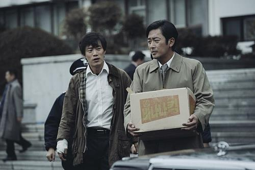 """This still released by CJ Entertainment shows a scene from """"1987: When the Day Comes."""" (Yonhap)"""