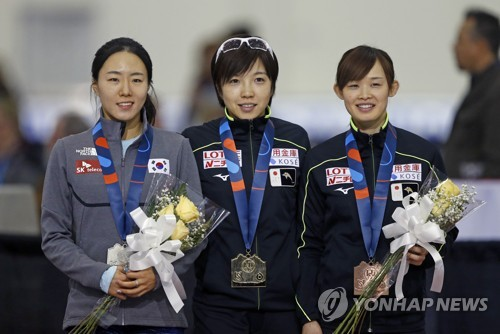 In this Associated Press file photo taken on Dec. 9, 2017, the top three finishers from the women's 500 meters at the International Skating Union World Cup Speed Skating race in Salt Lake City, Utah, pose for pictures during their medal ceremony. From left: runner-up Lee Sang-hwa of South Korea, winner Nao Kodaira of Japan, and third-place finisher Arisa Go of Japan. (Yonhap)