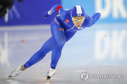 In this Associated Press file photo taken on Nov. 10, 2017, Lee Sang-hwa of South Korea competes in the women's 500 meters at the International Skating Union World Cup Speed Skating race in Heerenveen, the Netherlands. (Yonhap)