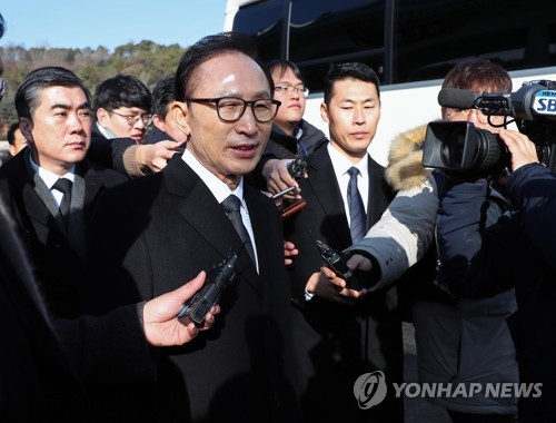 Former President Lee Myung-bak answers reporters' questions after visiting the National Cemetery in Seoul on Jan. 1, 2018. (Yonhap)