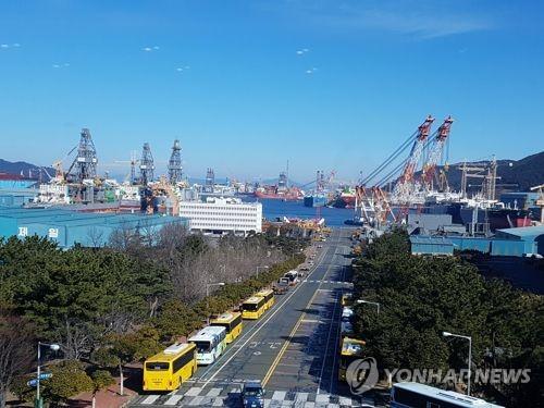 This undated file photo shows Daewoo Shipbuilding & Marine Engineering Co.'s shipyard on the southeastern island of Geoje. (Yonhap)