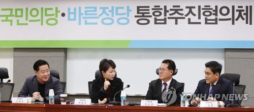 A consultative panel on the proposed merger of the minor opposition People's Party and Bareun Party holds an inaugural session at the National Assembly in Seoul on Jan. 3, 2017. (Yonhap)