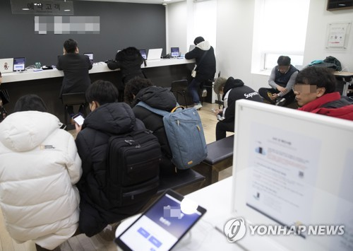 Visitors wait to receive warranty services at one of Apple Inc.'s warranty centers in Seoul in this photo taken Jan. 3, 2018. (Yonhap)