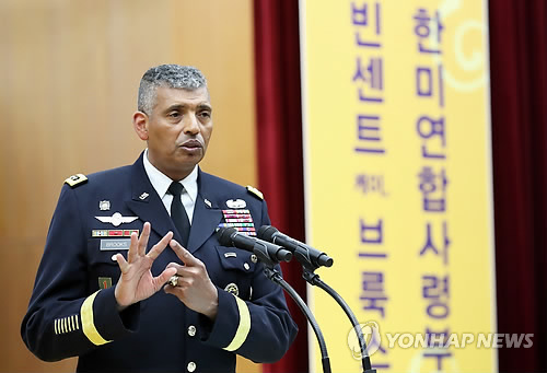Gen. Vincent K. Brooks, commander of the U.S. Forces Korea (USFK), speaks in a lecture at Seoul Cyber University on Jan. 4, 2018. (Yonhap)