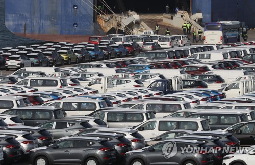 Vehicles are lined up on standby for shipping at Hyundai Motor Co's factory in Ulsan, 400 kilometers southeast of Seoul, on Dec. 28, 2017. (Yonhap)