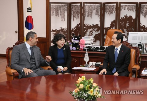 National Assembly Speaker Chung Sye-kyun (R) talks with Khaldoon Khalifa Al Mubarak, chairman of the Executive Affairs Authority of Abu Dhabi, in his office at the legislature in Seoul on Jan. 8, 2018, in this photo provided by Chung's office. (Yonhap)