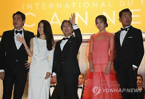 "Actors Cho Jin-woong (L) and Kim Tae-ri (2nd from L), director Park Chan-wook (C), and actors Kim Min-hee (2nd from R) and Ha Jung-woo attend the screening of ""The Handmaiden"" at the 69th Cannes Film Festival on May 14, 2016. (Yonhap)"