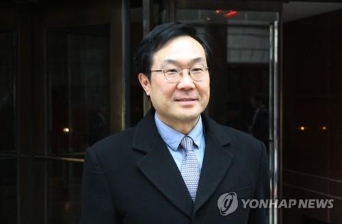 Lee Do-hoon, South Korea's special representative for Korean Peninsula peace and security affairs, leaves Dulles airport, near Washington, on Jan. 10, 2018. (Yonhap)