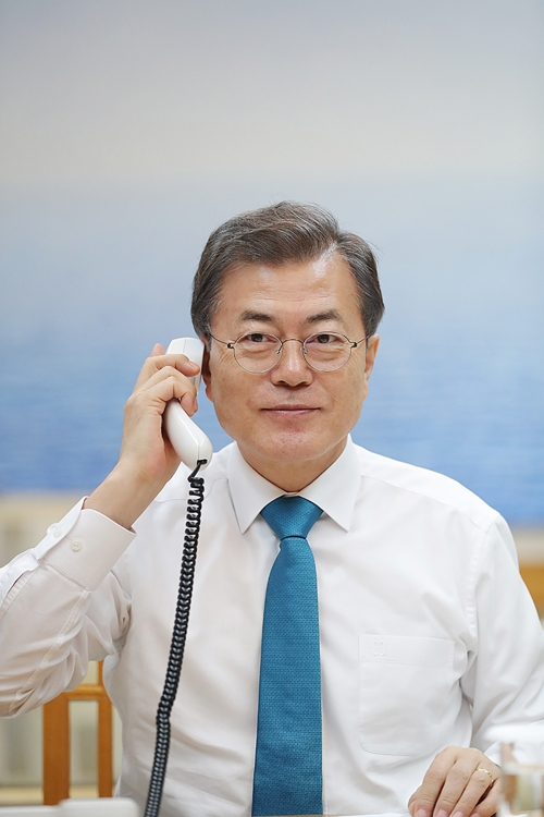 The photo provided by the South Korean presidential office shows President Moon Jae-in holding a telephone conversation with Chinese President Xi Jinping at his office Cheong Wa Dae in Seoul on Jan. 11. 2018. (Yonhap)