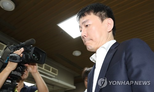 In this file photo taken Aug. 16, 2016, Lee Chang-suk, the owner of the South Korean baseball club Nexen Heroes, enters a Seoul court for hearing. (Yonhap)