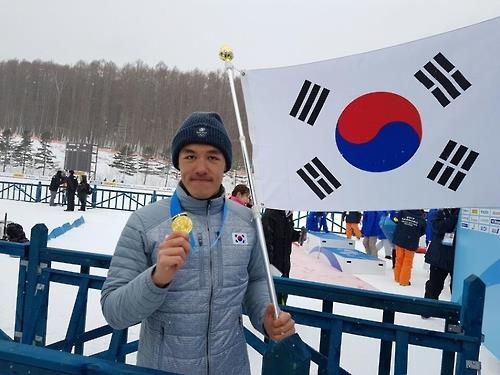 In this file photo, South Korean cross-country skier Kim Magnus poses with his gold medal won in the men's 1.4km sprint classic at the Asian Winter Games at Shirahatayama Open Stadium in Sapporo, Japan, on Feb. 20, 2017. (Yonhap)