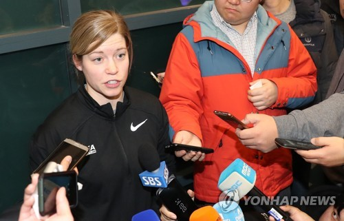 South Korea women's hockey head coach Sarah Murray speaks to reporters at Incheon International Airport on Jan. 16, 2018. (Yonhap)