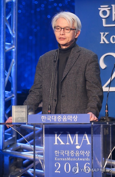 This file photo shows Kim Chang-nam, chairman of the select committee for the Korean Music Awards, announcing a winner at the annual event in Seoul on Feb. 29, 2016. (Yonhap)