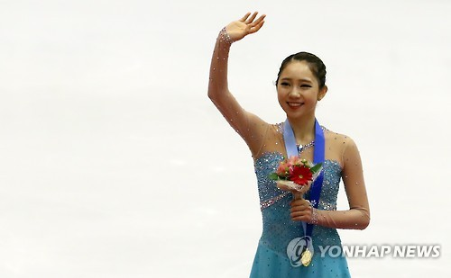 South Korean figure skater Choi Da-bin waves after winning a gold medal in ladies' figure skating at the 2017 Sapporo Winter Asian Games on Feb. 25, 2017. (Yonhap)