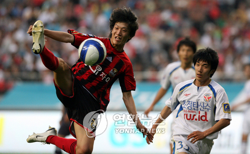 This file photo, taken on May 26, 2007, shows then-FC Seoul player Lee Chung-yong (L) controlling the ball during a K League match against Seongnam Ilhwa at Seoul World Cup Stadium in Seoul. (Yonhap)