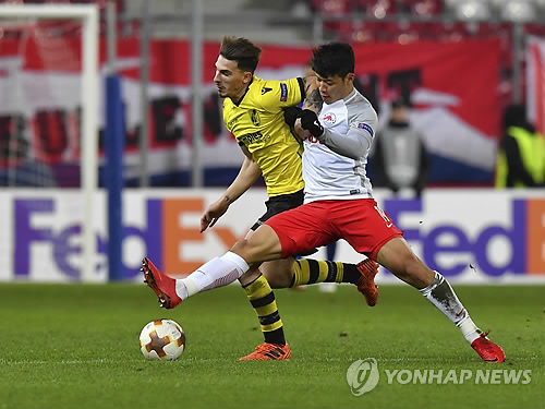 This photo, taken by the Associated Press on Nov. 23, 2017, shows FC Red Bull Salzburg's Hwang Hee-chan (R) and Vitoria SC's Fabio Sturgeon vying for the ball in a Europa League match in Salzburg, Austria. (Yonhap)