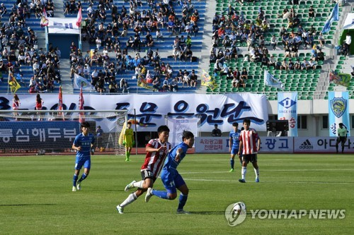 This file photo, taken on June 3, 2017, shows a football match between Gangneung Jeil High School and Gangneung Jungang High School at Gangneung Stadium in Gangneung, Gangwon Province. (Yonhap)