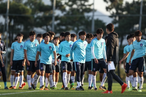 This photo, taken by the Korea Football Association, on Oct. 20, 2017, shows South Korea's under-18 football team players training in Busan. (Yonhap)