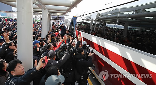 South Korean people welcome a North Korean delegation at the Gangneung Station on Jan. 21, 2018. (Yonhap)