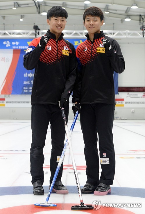 South Korean curler Lee Ki-bok (L) and Lee Ki-jeong pose for a photo in Euiseong, some 334 kilometers south of Seoul, in this file photo taken on Aug. 11, 2017. (Yonhap)
