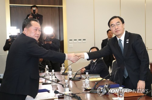 This photo, taken by the Joint Press Corps on Jan. 9, 2018, shows South Korea's chief delegate Cho Myoung-gyon (R) shaking hands with his North Korean counterpart Ri Son-gwon before high-level talks between the South and the North. (Yonhap)