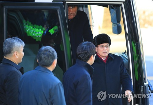 A North Korean delegation, headed by Yun Yong-bok (R), a senior official from the North's sports ministry, arrives at the headquarters of South Korean broadcaster MBC, in Seoul, on Jan. 27, 2018. The delegation was on a three-day trip to inspect venues for joint cultural and art events before the start of the PyeongChang Winter Olympic Games in South Korea. (Yonhap)